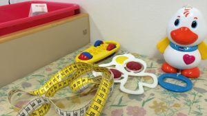 Leluja ja mittanauha neuvolan pöydällä.