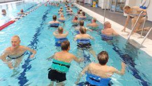 miehiä vesijuoksee uima-altaassa.