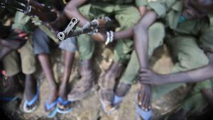 Joukko sodassa taistelleita lapsisotilaita osallistui aseidenriisuntatilaisuuteen Piborissa, Etelä-Sudanissa, 10. helmikuuta.