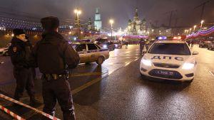 Poliisi eristi murha-alueen yölllä Moskovassa.