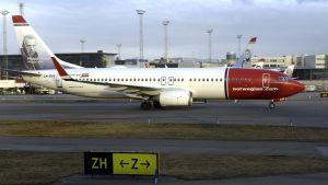 Norwegianin lentokone Arlandan lentokentällä.