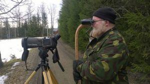 Lintuharrastaja Ari Lehtinen kiikaroi lintuja