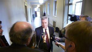 SDP:n puheenjohtaja, valtiovarainministeri Antti Rinne puhuu medialle eduskunnassa 5. maaliskuuta.