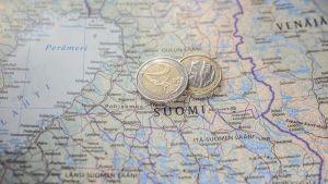 Kaksi eurokolikkoa Suomen kartan päällä.