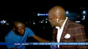 Joukko miehiä käy Etelä-Afrikkalaisen SABC-televisiokanavan kuvausryhmän kimppuun, kun nämä ovat odottamassa suoran lähetyksen alkua kadulla.