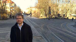 Ennen ihmiset kokoontuivat torille tai kirkonmäelle keskustelemaan asioista. Sosiaalinen media on tämän päivän kirkonmäki, sanoo Pekka Sauri.