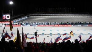 Ampumahiihtostadionin ampuma-alue ja lippumeri Kontiolahden ampumahiihdon MM-kilpailujen miesten normaalimatkan aikaan.