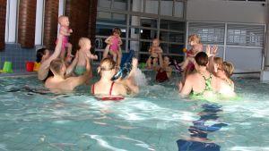 Vauvauintia Lappeenrannan Lauritsalan uimahallissa.