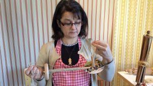 Anne Juseliuksella käsissä kaksi värttinää