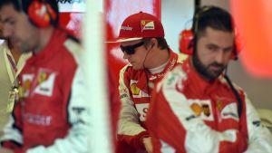 Kimi Räikkönen Ferrarin varikolla.