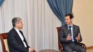 Syyrian presidentti Bashar al-Assad (oik.) keskustelee kuvassa Iranin talousministeri Ali Tayyeb-Nian kanssa. Kuva on otettu 16. maaliskuuta.