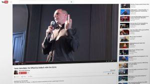 Giánis Varoufákis näyttää keskisormea YouTube-videolla.