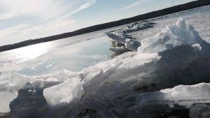 Railo halkoo Vesijärven jäätä.