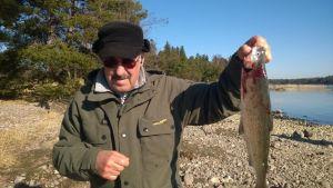 Jarmo Sainio esittelee onkimaansa siikaa