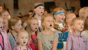 Näppärit laulavat vuoden 2013 festareiden avajaisissa.