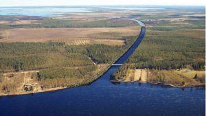 Havainnekuvassa Kollajan tekojärven alakanava, joka laskee Iijokeen Kipinänkosken alapuolella. Voimalaitos erottuu kanavassa oikealla ylhäällä.