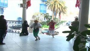 Tunisian televisiossa näytetyissä kuvissa näkyy, miten ihmiset pakenevat hyökkäystä turvallisuusjoukkojen suojaan hyökkäyksen jälkeen.