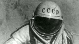 Neuvostoliittolainen kosmonautti Aleksei Leonov ensimmäisen avaruuskävelyn aikana maaliskuussa 1965.