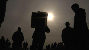 Ihmisiä seuraamassa auringonpimennystä.