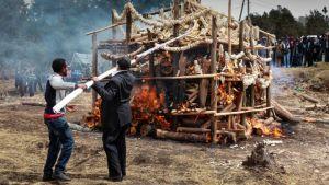 Etiopian hallituksen työntekijät kohensivat tulta palavassa norsunluukasassa.
