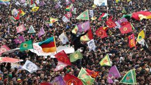 Kurdistanin työväenpuolueen PKK:n kannattajia kokoontui Diyarbakirin kaupunkiin kurdien uuden vuoden päivänä, Newrozina 21. maaliskuuta 2015.