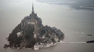 Ilmakuva näyttää kuinka Mont Saint-Michelin luostarivuori muuttui lauantaina poikkeuksellisen voimakkaan vuoroveden ansiosta väliaikaisesti saareksi.