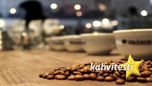 kahvinpapuja pöydällä