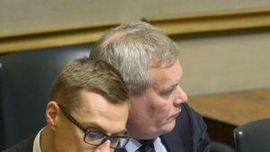 Pääministeri Alexander Stubb ja  valtiovarainministeri Antti Rinne eduskunnan täysistunnossa 12.  marraskuuta 2014.