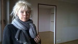 Kinteistönvälittäjä Terhi Kallio myytävässä asunnossa