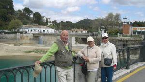 Paula Könnilä (oikealla) suomalaistuttaviensa kanssa maaseutumatkalla Espanjan Andalusiassa.
