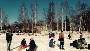 Rovaniemellä maahanmuuttajille järjestettiin ulkoilutapahtuma Kemijoen rannalla.