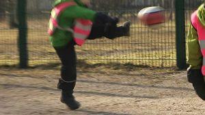 Lapset pelaamassa jalkapalloa