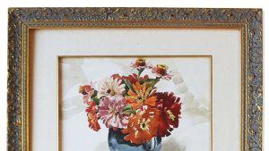 Nuoren Hitlerin teos esittää sinisessä vaasissa olevia oransseja, punaisia ja vaaleanpunaisia kukkia.