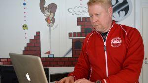 Marko Karvonen työskentelee tietokoneella.