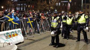 Mellakkapoliisit partioivat oikeistolaisen Pegida-mielenosoituksen aikana Malmössä, Ruotsissa 9. helmikuuta.