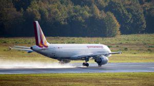 matkustajakone laskeutumassa lentokentälle.