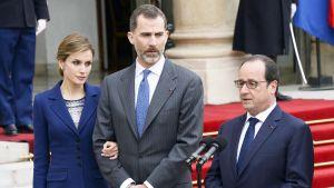 Ranskan presidentti Francois Hollande (oik.) puhui lehdistölle Pariisissa 24. maaliskuuta. Hänen vieressään ovat valtionvierailulla oleva Espanjan kuningas Felipe VI ja kuningatar Letizia.