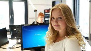 Henna Tolppanen Radio Keski-Suomen studiossa