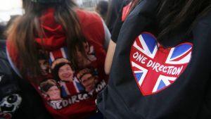 One Direction -bändin fanit odottivat hotellin edessä Santiagossa, Chilessä 29. huhtikuuta 2014.