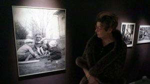 Speden sisko Virpi Torri katsoo lapsuusajan kuvaa