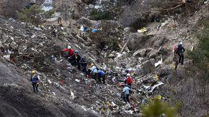 Turmatutkijat työskentelivät lentokoneen jäänteiden seassa Seynen kaupungin lähellä, Alpeilla torstaina.