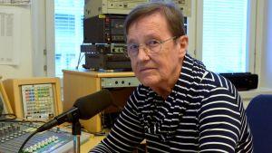 Riitta Kujala radion studiossa