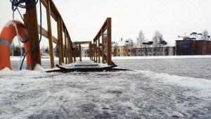 Jäinen laituri Oulujoessa