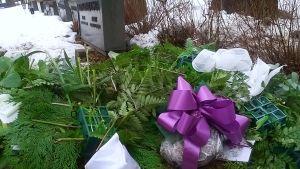 Katkotut kukat ja myllätyt asetelmat hautakummulla