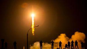 Soyuz-alus laukaistaan matkaan.