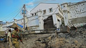 Somalian turvallisuusjoukkoja hotellin ulkopuolella.
