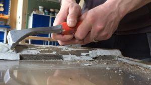 Ikkunan kunnostus aloitetaan vanhan maalin poistamisella.
