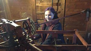 Oulun tuomiokirkon tornissa kellon viisarit pitää oikeassa ajassa Katja Hietala. Hän muistelee, että kellonvetäjän pestiä on suvussa hoitanut ainakin hänen äitinsä isoisä.