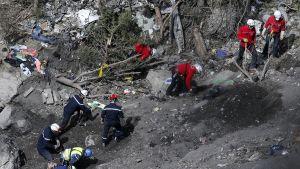 Turmatutkijat keräävät koneen jäännöksä ja etsivät toista lentotallenninta 29. maaliskuuta.