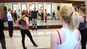 Riku Lehtopolun ARK-tanssiteoksessa tanssii sekä ammattilaisia että amatöörejä.